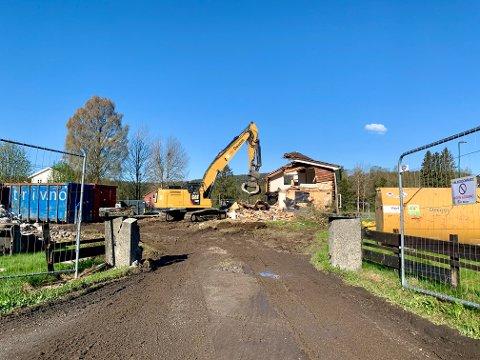 TORSDAG: Bygningene på det gamle Søvold-bruket på Harestua har blitt revet denne uka.
