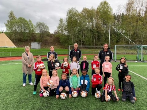 FIKK GAVE: En nydelig bukett med spillere fra HKFK sitt 8/9 års lag, Gran. Bak fra venstre: Ingrid Frydenlund, Elisabeth Kolstad, Lars-Eirik Madssen og Peder Morstad.