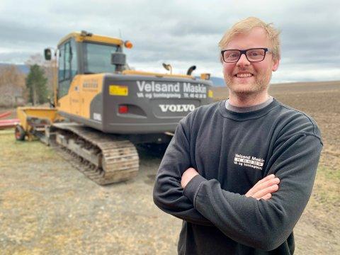 STØRRE: Hans Marius Velsand kjøpte denne 14-tonns gravemaskina i fjor. Han har en åttetonner i tillegg.