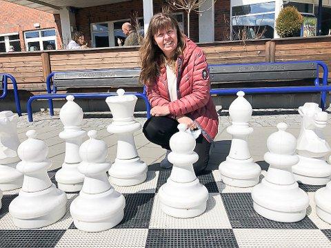 MANGLER KONGER: Kari Framstad Lokrheim etterlyser to konger til sjakkspillet på torget i Gran. Har de abdissert?