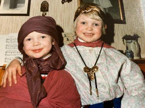 HVEM ER DU? Den onde stemoren eller den bortskjemte lillesøsteren?Dette er jentene mine, Silje og Ingvild, elsket å kle seg ut.