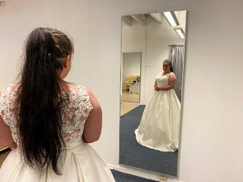 Speil, speil: Ida Marie Pedersen prøver kjoler. Den hun hadde skaffet til bryllupet sitt brant opp. Hun klarte ikke å skjule smilet og tårene da hun fant en som liknet.