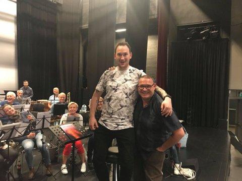 Eirik Rosø Pladsen og Espen Aslaksen dirigerer flere korps til vanlig. Lørdag 26. juni deltar musikanter fra flere korps i et felleskorps som skal spille på Hadeland Glassverk.