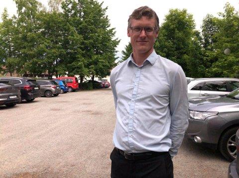 FULLT: Hotellsjef Kristoffer Skovli Karlsen gleder seg over full parkering på Thorbjørnrud.