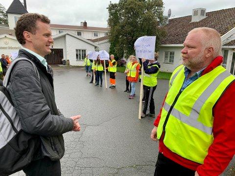 ANSIKT TIL ANSIKT: Varaordfører Pål Arne Oulie (til venstre) møtte demonstrantene utenfor Sanner hotell tirsdag. Her møter han hovedtillitsvalgt i Fagforbundet Gran, Finn Hvalsbråten.