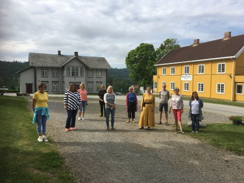 SOMMEKLARE: Fra v: Marit Gamme (turistvert), Hilde Wien (utstiller), Elisabeth Faye Gaarder (Helgum gård), Trine Hilden (Gjæstgiveriet), Hilde Kristiansen (utstiller), Anne Marie Bjerke-Egge (husflidslaget), Kari Røken Alm (kirken), Amund Bø (Steinhuset), Gunvor Raastad (turistvert) og Natalia Medvedeva (kirken)..
