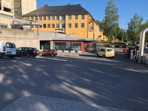RYGGET INN: Etter å ha forsøkt å tenne på politistasjonen rygget mannen inn inngangspartiet på sykehuset på Lillehammer