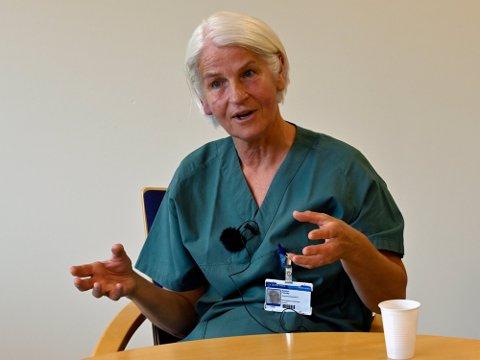 HJALP UNGDOMMER I SJOKK: Reidun Fossøy bor på Jevnaker og har vært sykepleier i 40 år. 22. juli 2011 har brent seg fast i minnet. Nå forteller hun historien.