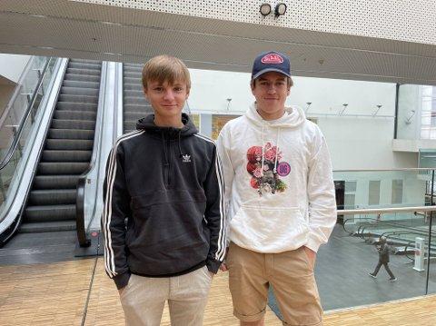 HØRTE RYKTER: Martin Linstad Ludvigsen (17) og Sander Rognlid (18) tok turen til Lørenskog etter at de hadde hørt rykter om drop-in vaksinering.