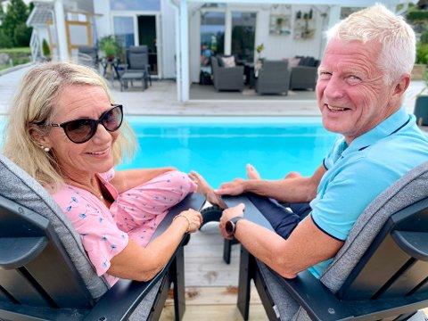 SOM SYDEN: Med basseng i hagen og mye fint sommervær er det nesten som å være i Syden for Eva og Ole Stadum i Brandbu.