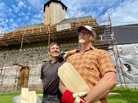 SVENSKEHJELP: Olle Wehlin (til venstre) og Göran Wennerbrandt har jobben med å legge nytt tak på Tingelstad gamle kirke. De er ikke redd for høyder.