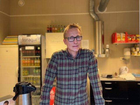 MORO Å KOMME I GANG: Åsmund Hoff er strålende fornøyd med at kiosken på Gran kunne åpne igjen. Til Grans første seriekamp strømmet kundene på.