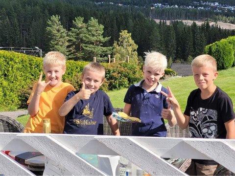 FORNØYDE GUTTER: Denne kvartetten samlet inn godt over 20.000 kroner til Barnekreftforeningen. Fra venstre Kristian Furulund (9), Magnus Book-Nydal (9), Eimund Ekelund Myhre (8) og Theodor Moger (9).