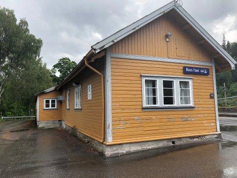 SNART BORTE: Det gamle godshuset vil snart vike for oppstillingsplass for buss og taxi.