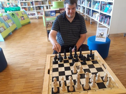 SJAKK: Ole Jacob Johnsen spiller sjakk på Gran bibliotek.