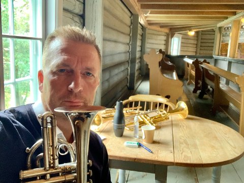 FULL DAG: Thomas Petersen fikk mange timer i Jevnaker-kirka lørdag.