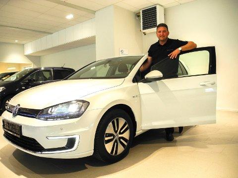 MÅ AVVENTE: - Folk må avvente inntil løsningen er i orden, sier salgssjef Anders Niklas Buer hos Dahles Auto i Halden. Arkiv.
