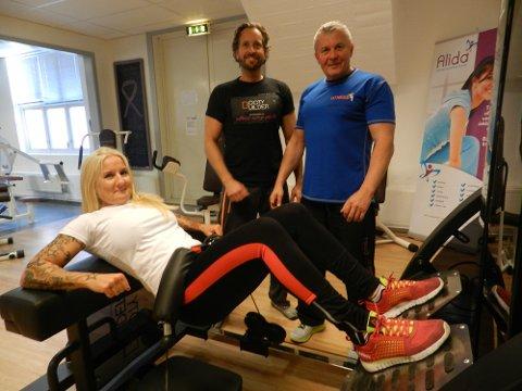 Haakon A. Larsen og Romek Josefsen følger med på Malin Hansen i den nye treningsmaskinen.