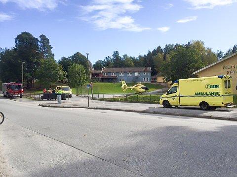 UTRYKNING: Brannvesen og ambulanse rykket ut til en arbeidsulykke på Hov fredag.