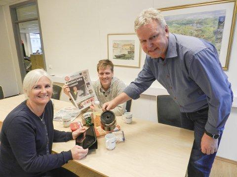 Frokost: HAs redaktør Hans-Petter Kjøge skjenker opp morgenkaffe til markedssjef Monica Nordbrøden, mens nyhetsredaktør Morten Ulekleiv har funnet fram pålegg.
