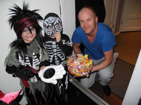 Jesper Larseng og Adrian Langsholt sammen med Ørjan Christiansen, som hadde en hel bolle med godterier under Halloween for noen år tilbake. Arkiv.
