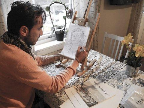 KREATIV: Fadi Bassam Talli er glad i å tegne og male. – Jeg håper på å ta en utdannelse innen forming, sier 22-åringen, som måtte avbryte utdannelsen og flykte på grunn av krigen i Syria.