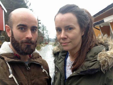HAVNET I GRØFTA: Ekteparet Kjetil Stenvik og Ingela Nøding måtte gi opp å komme seg på jobb, og det måtte også de andre i nærområdet. – Kona havna i grøfta i bunnen av Kulabakken, og da valgte resten av oss å snu, forteller Kjetil.