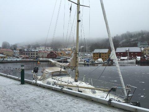 FORLATT SEILBÅT: Denne seilbåten har ligget i ro langs Langbrygga i Indre Havn i en god stund. Nå etterlyses eieren.