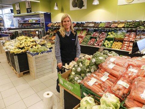 GÅR BRA: Kjøpmann Marit Henriksen på Rema 1000 Brødløs syns hun har vært med på et eventyr siden hun åpnet butikken i februar 2014.    – Vi ligger i det største nedslagsfeltet i Halden, sier hun. Foto: Anja Lillerud