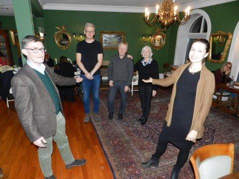 Geir Helge Sandsmark (tv) og Dina Cecilie Billington (th) står på de øverste plassene for Halden Venstre. Deretter følger Joakim Larsen (til venstre i bakgrunnen), Heidi Raude (ikke til stede),Truls Breda og Inger Olsen.