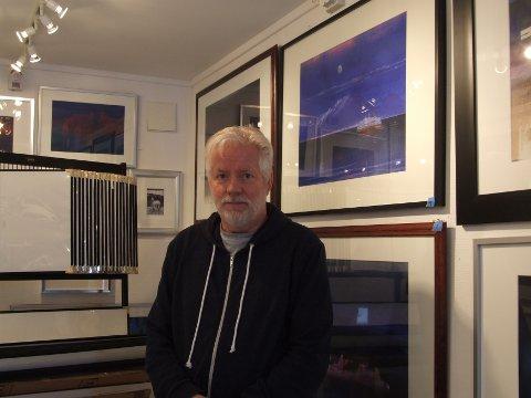 Kunstner: Stein Andersen har separatutstilling i Oslo fra lørdag. Her i galleriet hjemme. Foto: Privat