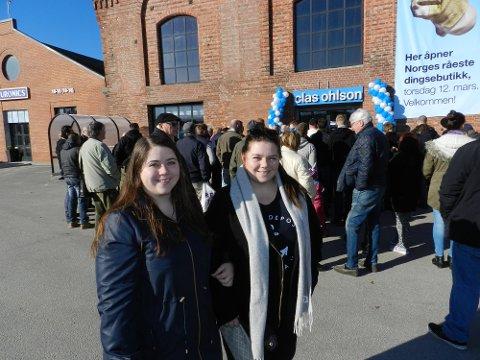 Nathalie Skogli (til venstre) og Alekansra Skogli synes det er morsomt med en ny stor butikk i Halden. Alle foto: Steinar Omar Østli