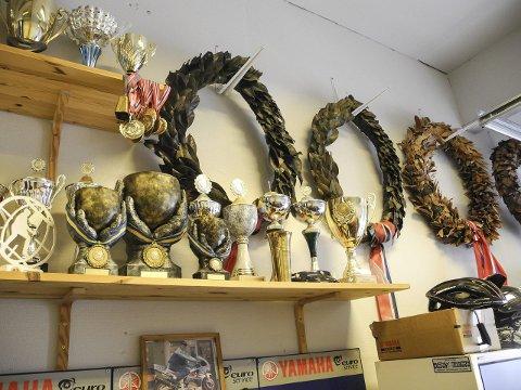 UTMERKELSER: Pokaler, medaljer og kranser i verkstedet er et bevis på at Løwen har hatt en god karriere i roadracing.