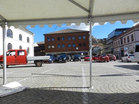 UTSIKT TIL SCENEN: Foran de gamle lokalene til Nordea skal scenen til Jaa9 og OnklP settes opp på lørdag. Gratiskonserten forventes å trekke mange hundre folk til Torget.