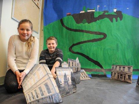 Utstilling: Sunniva Daae Leivann og Marius Karlsen i 5. trinn viser fram utstillingen av gågata.