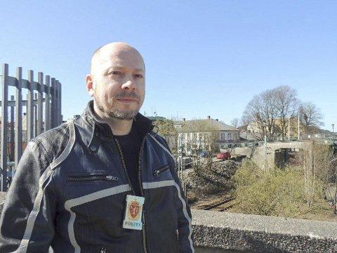 Politiførstebetjent Vidar Andersen ber mennene om å gi seg til kjenne.