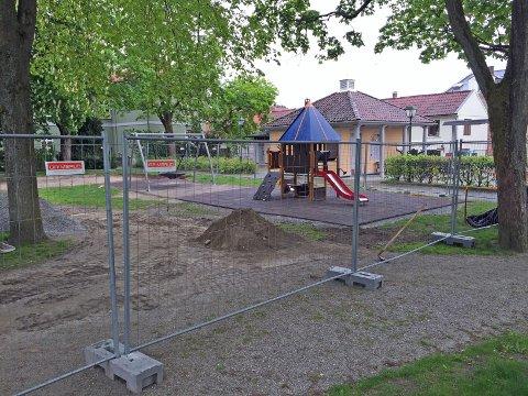 FORSINKET: Planen var å åpne den nye lekeparken i Busterudparken i tide til Haldendagen 13.juni, men nå ser det ut til at åpningen blir forsinket.