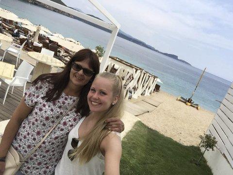 KOSER SEG: Ragnhild Hov og datteren Pernille Hov Stumberg skal feriere en uke i Hellas. HA snakker med dem på den andre dagen av ferien, og de har så langt ikke merket noe den store økonomiske krisa i Hellas. Foto: Privat