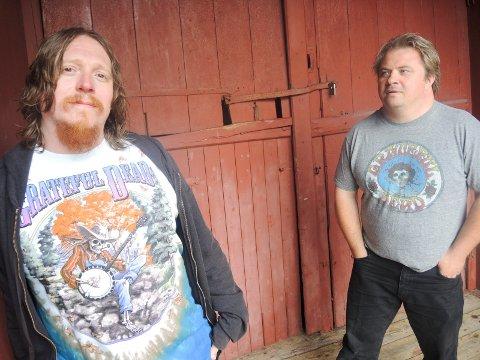 Salmon Smokers er Freddy Holm (tv) og Omar, samt Eivind Kløverød og Finn Tore Tokle. Takket være dem blir det opera på Rød Herregård.
