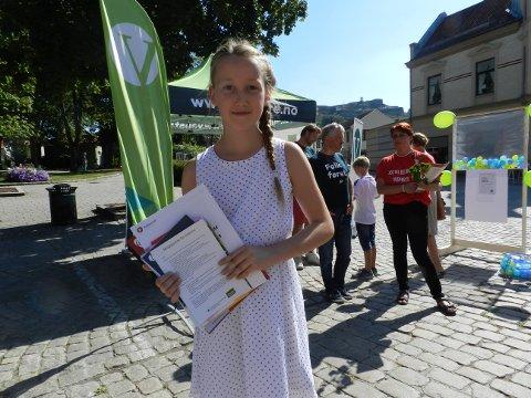 - POLITIKK ER GØY: Mathilde Haugland Gylvik (10) like rå lære om politikk på skolen. - Det er gøy, sier hun. På lørdag var hun i gågata for å samle valgprogram til å ta med på skolen.