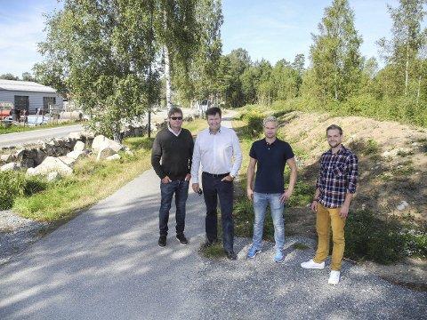 Øbergveien: – Her kommer tomannsboligene, sier Tore Bjørnstad (tv) i Lerah, Lauritz Holsvik i Norhus, Øyvind Nicolaisen i Din Bolig Østfold og Christer Kraft i Boligpartner.