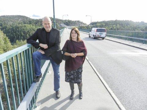 Ikke godt nok: Jostein Pedersen (tv) og leder Henriette Olafsen i Leve Østfold etterlyser bedre sikring, høyere gjerde og skilting på den gamle Svinesundsbrua. Dette for å forebygge selvmord. Denne brua går 60 meter over Ringdalsfjorden.Alle foto: Hanne Eriksen