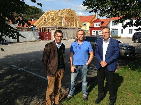 Geir Helge Sandsmark, Jan Haugen Ihle, leder for Fordum Charge & Drive Norge, og ordfører Thor Edquist møttes for å diskutere investeringen av et moderne hurtigladested for elbil i Halden sentrum.