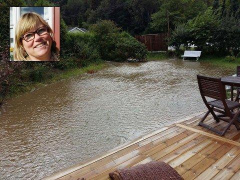 OVERSVØMMELSER: Her er egentlig hagen til Eva Denis. Onsdag fikk hun plutselig et hus i strandkanten, men badekvaliteten i vannet var ikke all verden.