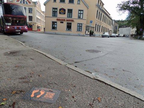 GRAND HOTELL: Via QR-koden på klistremerket får du informasjon om 14 ulike historiske steder i Halden.