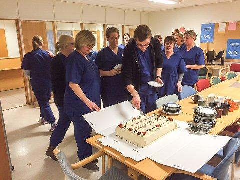 De ansatte satte stor pris på påskjønnelsen og forsynte seg villig av kaka. Foto: Thor Edquist
