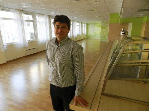 Gleder seg: Jens-Petter Berget leder avdeling for samfunnsutvikling i Halden kommune. Han og resten av avdelingen skal få kontorer og lokale her etter hvert. Han gleder seg til å komme skikkelig i gang. Foto: Hanne Eriksen