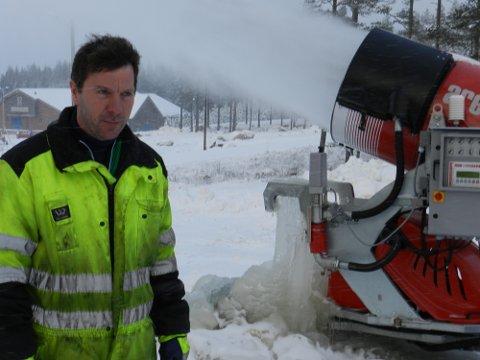 Snøkanonene går for fullt. Altmuligmannen Morten Andreassen bor nærmest på Ertemoen nå for at du skal få skiopplevelser.