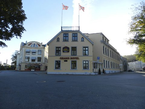 SELGES: Grand Hotell er til salgs for 16,8 millioner kroner.