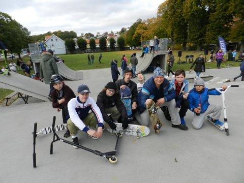 - Jeg er overveldet over responsen, sier Øivind Strøm, her flankert av unge som er glade for det som skjer i skateparken nå.